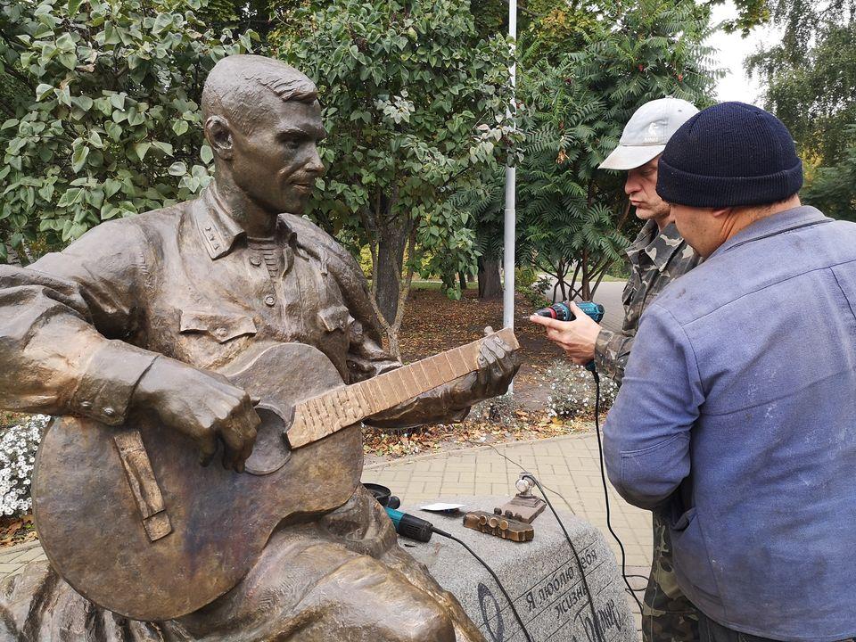 пам'ятник Бернесу, гітара, відновлення