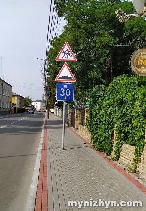 стовп, тротуар, порушення