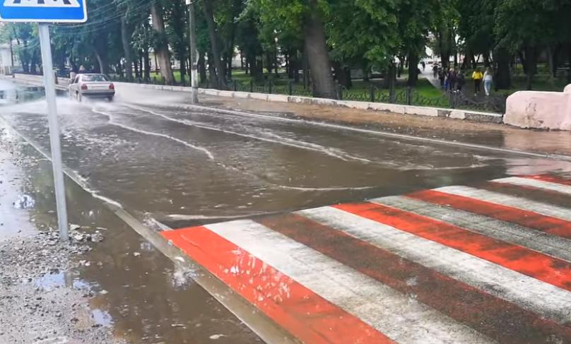 вулиця Батюка, злива, вода, ремонт дороги, зливова каналізація