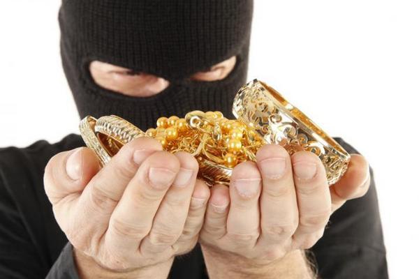 грабіжник, сережки, господарка, злочин, поліція