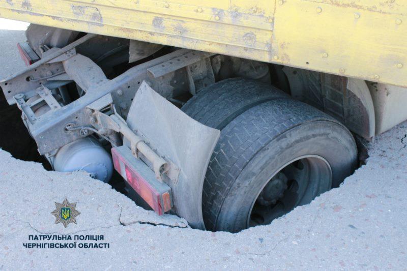 Вантажівка, провалля