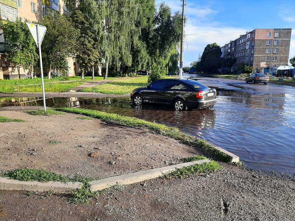 вулиця Незалежності, калюжі, водовідведення