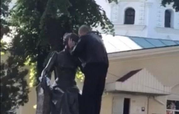 пам'ятник, Марія Заньковецька, поцілунки
