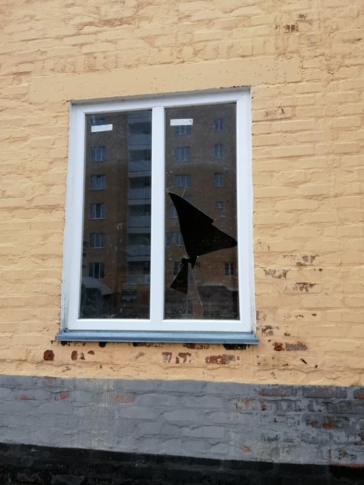 вихідні, побите вікно, сміттєприймальний пункт